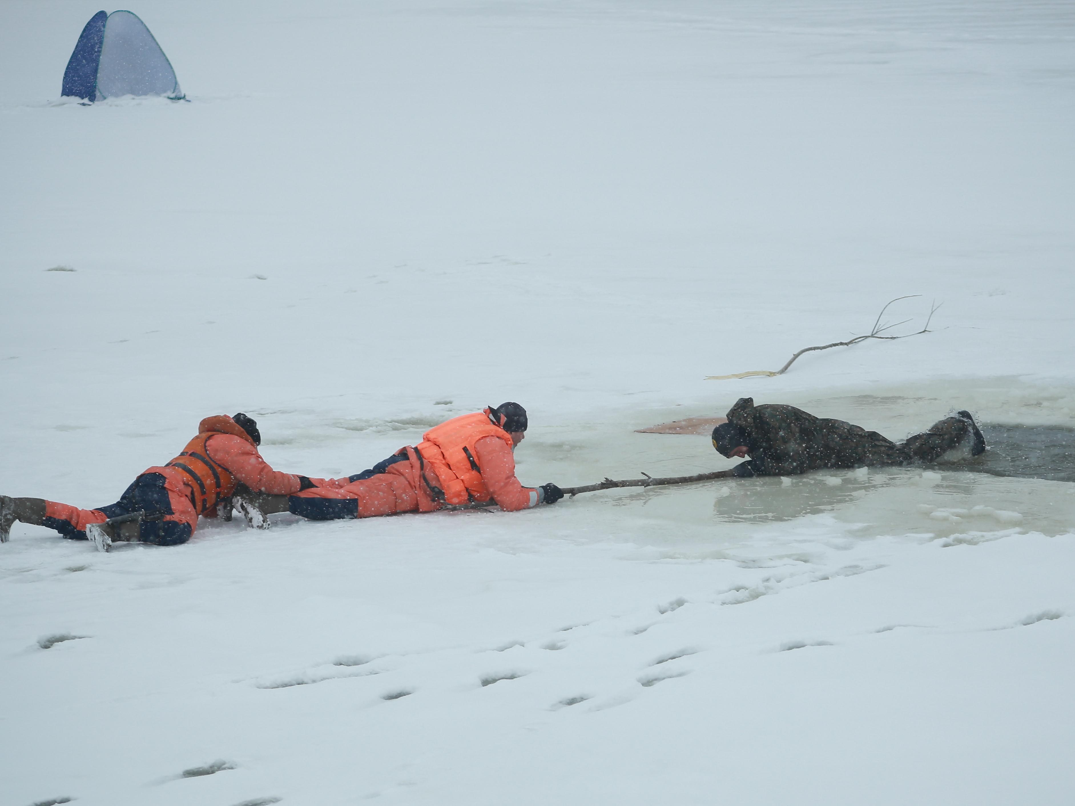 Провалившийся под лед картинки