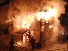 Мужчина спас семерых детей при сильном пожаре жилого дома в Каргополе