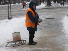Архангельск очищают от снега и засыпают пескосоляной смесью