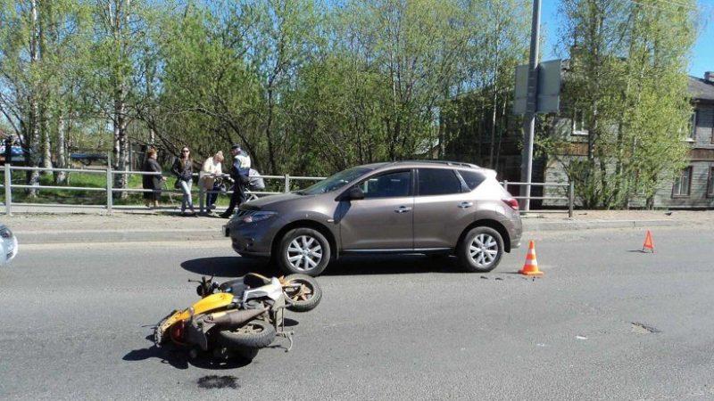 Нетрезвый ибесправный скутерист врезался в легковую машину наулице Архангельска